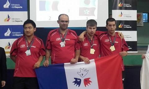 Antoine, à gauche sur la photo, médaille d'argent